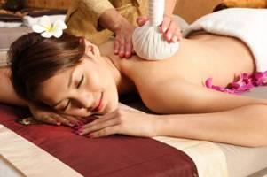 Tìm hiểu phương pháp massage thảo dược trị liệu Thái Lan